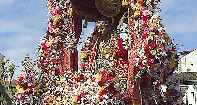 Quatro quilómetros de tapetes de flores para o Santo Cristo dos Milagres