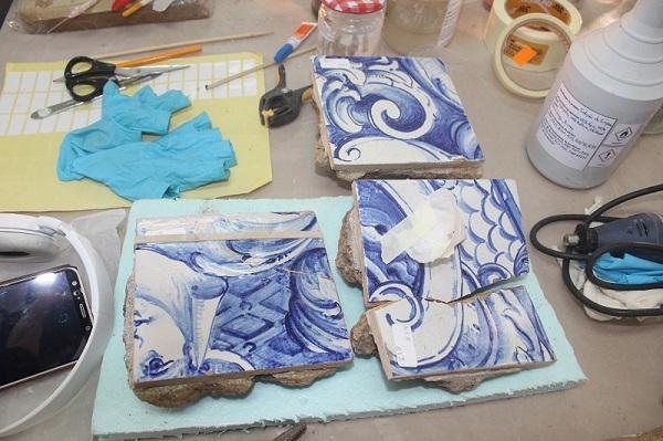 Equipa restaura azulejos que contam vida de Madre Teresa